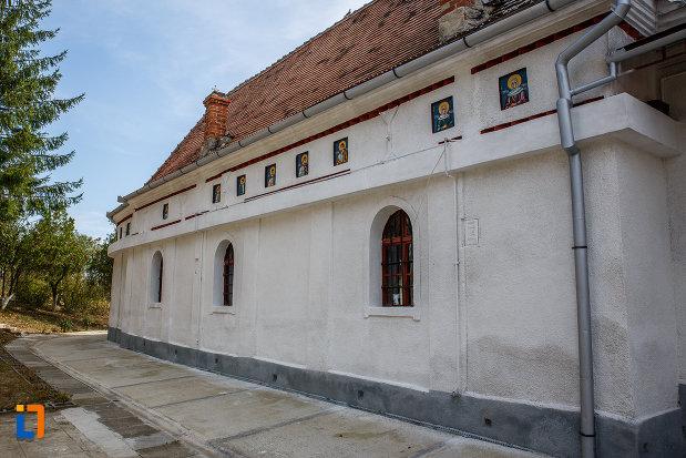 biserica-schimbarea-la-fata-1805-din-ocna-sibiului-judetul-sibiu-din-lateral.jpg