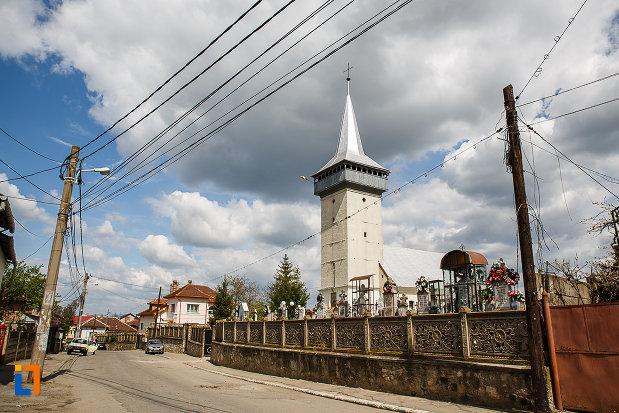 biserica-schimbarea-la-fata-din-hunedoara-judetul-hunedoara-imagine-cu-gardul-cimitirului.jpg