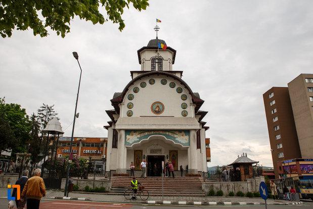 biserica-sf-apostoli-petru-si-pavel-din-ramnicu-valcea-judetul-valcea-fatada-principala.jpg