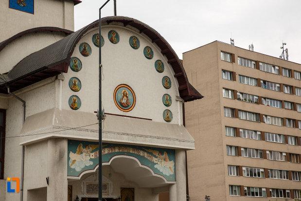 biserica-sf-apostoli-petru-si-pavel-din-ramnicu-valcea-judetul-valcea-fotografie-cu-partea-din-fata.jpg