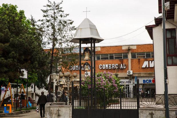 biserica-sf-apostoli-petru-si-pavel-din-ramnicu-valcea-judetul-valcea-imagine-cu-clopotul.jpg