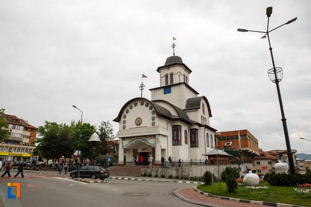 biserica-sf-apostoli-petru-si-pavel-din-ramnicu-valcea-judetul-valcea-vazut-de-la-distanta.jpg