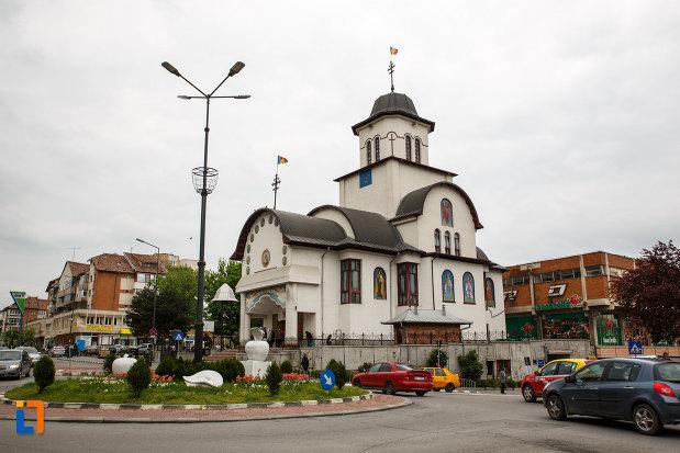 biserica-sf-apostoli-petru-si-pavel-din-ramnicu-valcea-judetul-valcea.jpg