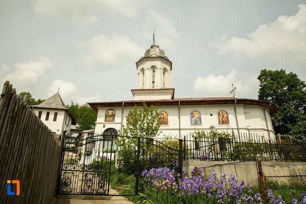 biserica-sf-arhangheli-din-slatina-judetul-olt-vazuta-din-lateral.jpg