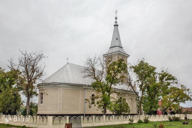 biserica-sf-arhangheli-mihail-si-gavril-din-amati-judetul-satu-mare-gard-si-imagine-din-spate.jpg