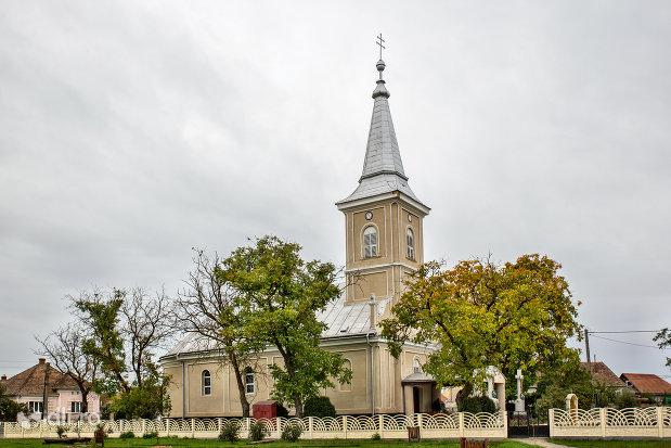 biserica-sf-arhangheli-mihail-si-gavril-din-amati-judetul-satu-mare-vedere-din-lateral.jpg