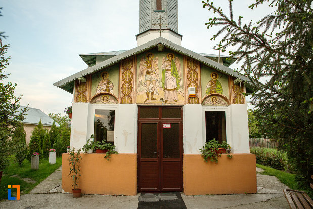 biserica-sf-arhangheli-mihail-si-gavril-din-draganesti-olt-judetul-olt-pozata-dinspre-intrare.jpg