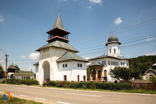 biserica-sf-arhangheli-mihail-si-gavril-din-topoloveni-judetul-arges.jpg