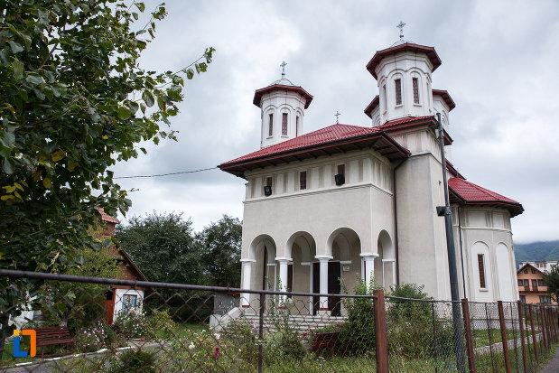 biserica-sf-arhangheli-mihail-si-gavril-din-zarnesti-judetul-brasov-vazuta-din-lateral.jpg