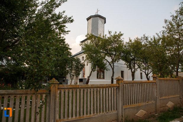 biserica-sf-cruce-1849-din-rosiorii-de-vede-judetul-teleorman-imagine-cu-gardul.jpg