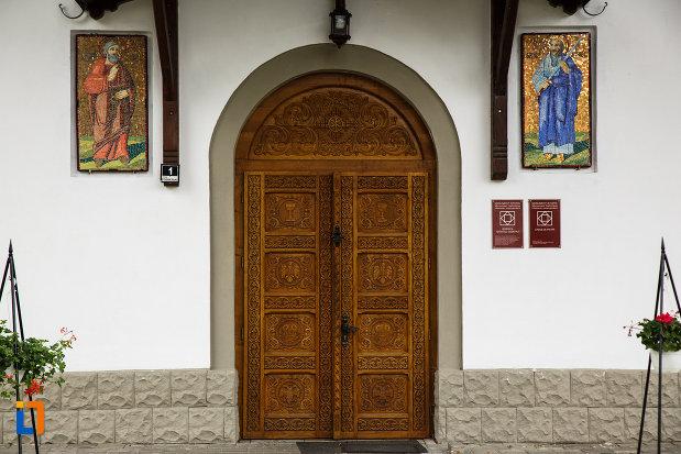 biserica-sf-dumitru-din-ramnicu-valcea-judetul-valcea-imagine-cu-usa-din-lemn.jpg
