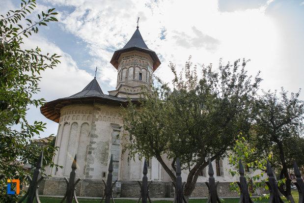 biserica-sf-dumitru-din-suceava-judetul-suceava-fotografiata-din-lateral.jpg