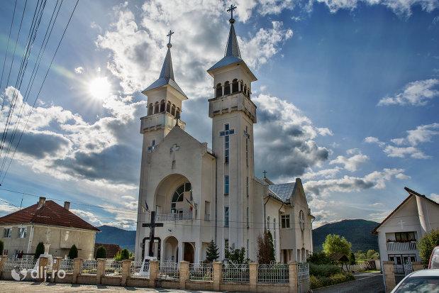 biserica-sf-dumitru-din-tarsolt-judetul-satu-mare-vedere-de-la-distanta.jpg