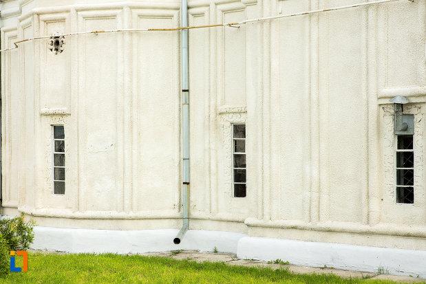 biserica-sf-dumitru-si-stefan-din-bals-judetul-olt-vitralii-si-detalii-de-arhitectectura.jpg