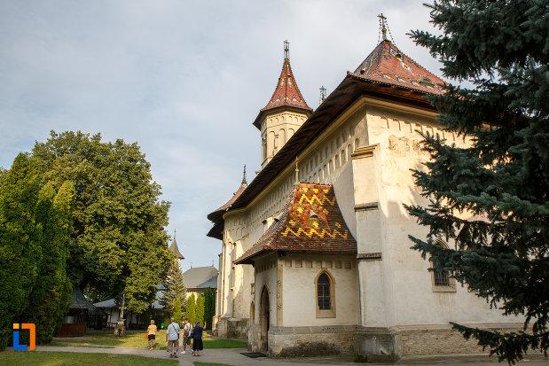 biserica-sf-gheorghe-1522-din-suceava-judetul-suceava-fotografiata-din-lateral.jpg