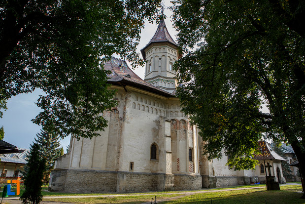 biserica-sf-gheorghe-1522-din-suceava-judetul-suceava-vazuta-din-lateral-2.jpg