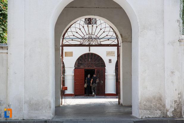 biserica-sf-gheorghe-din-tulcea-judetul-tulcea-culoar-de-intrare.jpg