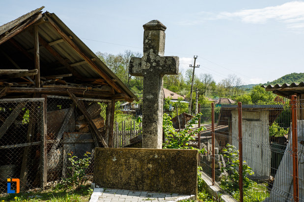 biserica-sf-gheorghe-domnesc-1677-din-ocnele-mari-judetul-valcea-cruce-de-piatra.jpg