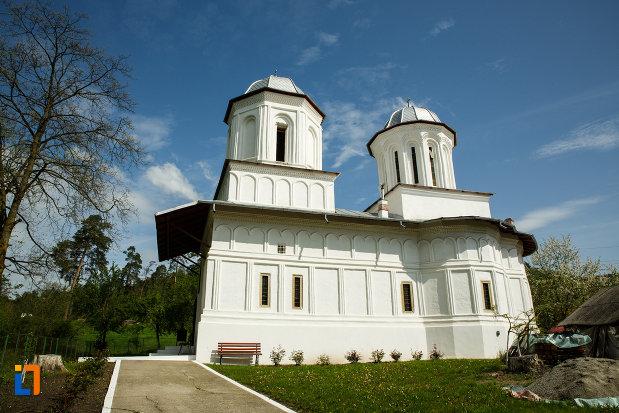 biserica-sf-gheorghe-domnesc-1677-din-ocnele-mari-judetul-valcea.jpg