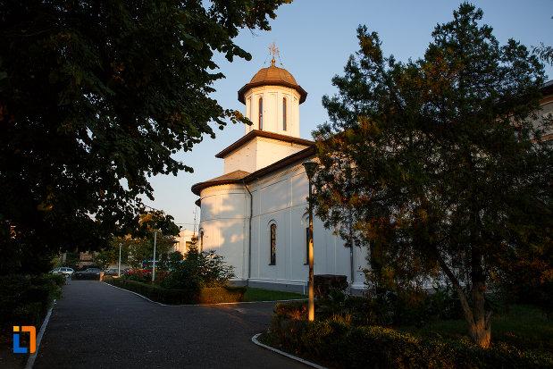 biserica-sf-gheorghe-vechi-din-ploiesti-judetul-prahova-vazuta-din-lateral.jpg