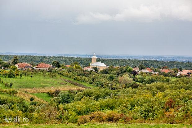 biserica-sf-mihai-si-gavril-din-marius-judetul-satu-mare-imagine-de-ansamblu.jpg