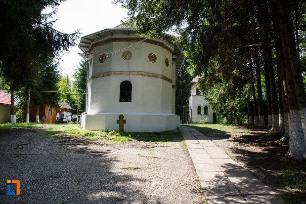 biserica-sf-nicolae-din-breaza-judetul-prahova-vazuta-din-spate.jpg