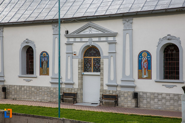 biserica-sf-nicolae-din-hateg-judetul-hunedoara-imagine-cu-intrarea.jpg