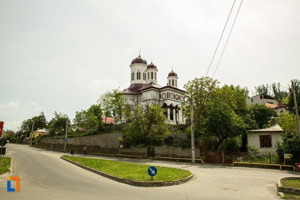 biserica-sf-nicolae-din-slatina-judetul-olt-pozata-din-departare.jpg