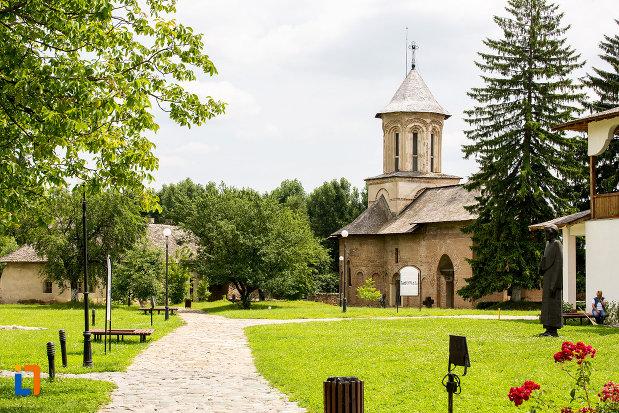 biserica-sf-vineri-din-targoviste-judetul-dambovita-si-curte-verde-cu-flori.jpg