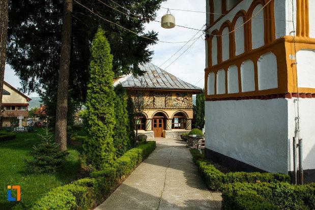 biserica-sf-voievozi-biserica-din-deal-din-calimanesti-judetul-valcea-aleea-din-curte.jpg