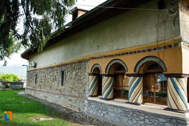 biserica-sf-voievozi-biserica-din-deal-din-calimanesti-judetul-valcea-coloane-in-spirala.jpg