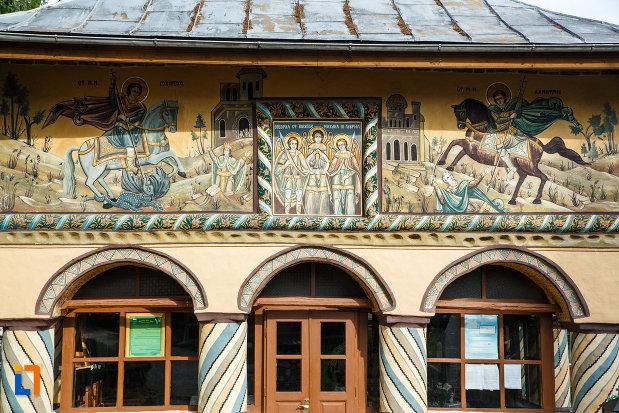 biserica-sf-voievozi-biserica-din-deal-din-calimanesti-judetul-valcea-imagine-cu-picturile-murale-exterioare.jpg