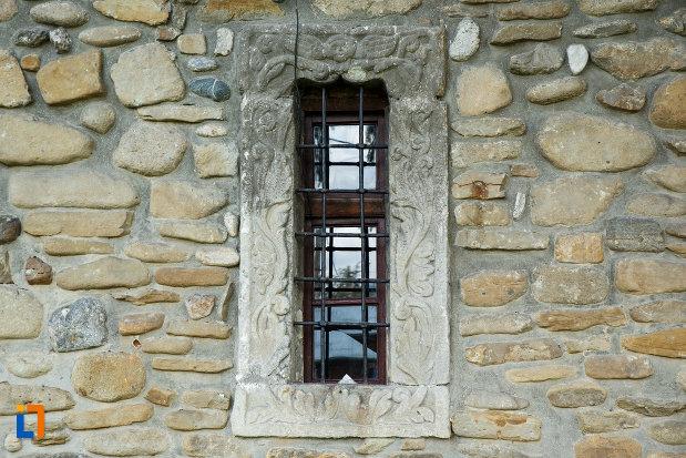 biserica-sf-voievozi-biserica-din-deal-din-calimanesti-judetul-valcea-imagine-cu-vitraliu.jpg