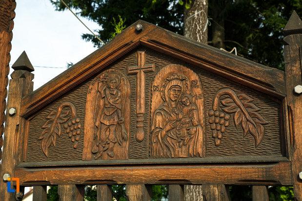 biserica-sf-voievozi-biserica-din-deal-din-calimanesti-judetul-valcea-sculptura-in-lemn.jpg