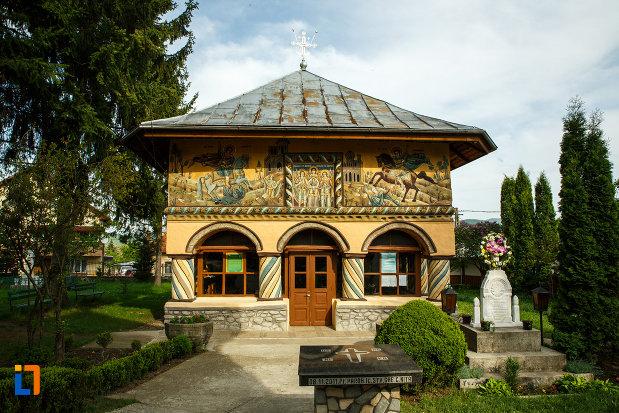 biserica-sf-voievozi-biserica-din-deal-din-calimanesti-judetul-valcea.jpg