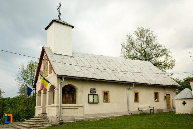 biserica-sf-voievozi-din-leurda-judetul-gorj-vazuta-din-lateral.jpg