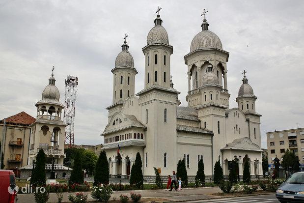 biserica-sfantul-dimitri-izvoratorul-din-carei-judetul-satu-mare.jpg
