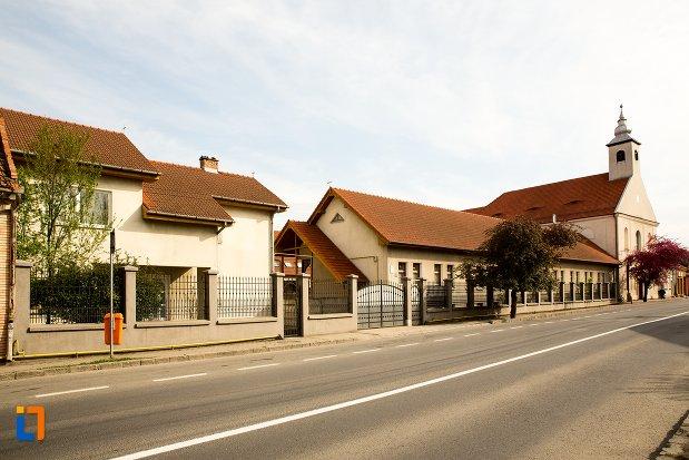 biserica-si-manastirea-franciscana-din-alba-iulia-judetul-alba-vazuta-din-departare.jpg