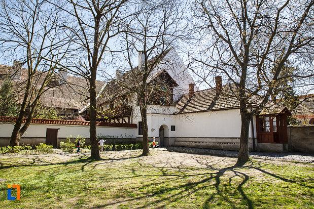 biserica-si-manastirea-franciscana-din-orastie-judetul-hunedoara-copacii-din-curte.jpg