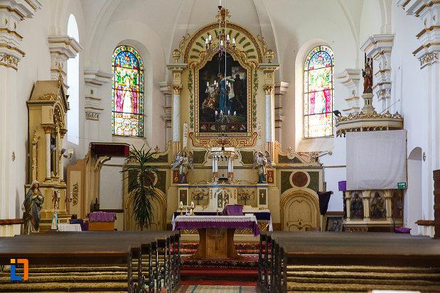 biserica-si-manastirea-franciscana-din-orastie-judetul-hunedoara-culoar-interior-cu-banci.jpg