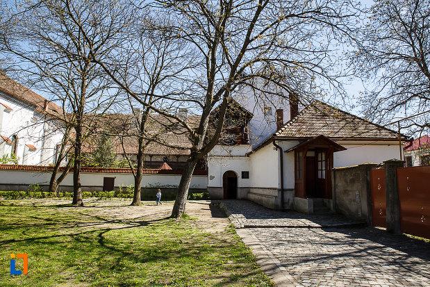 biserica-si-manastirea-franciscana-din-orastie-judetul-hunedoara-curtea-interioara.jpg