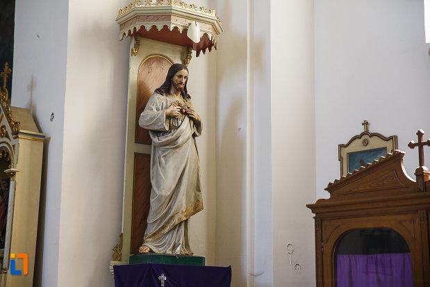 biserica-si-manastirea-franciscana-din-orastie-judetul-hunedoara-statuia-lui-iisus-hristos.jpg
