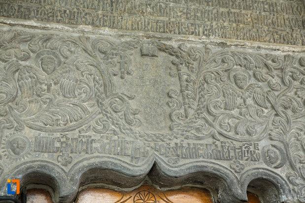 biserica-toti-sfintii-1764-din-ramnicu-valcea-judetul-valcea-detaliu-sculptat.jpg