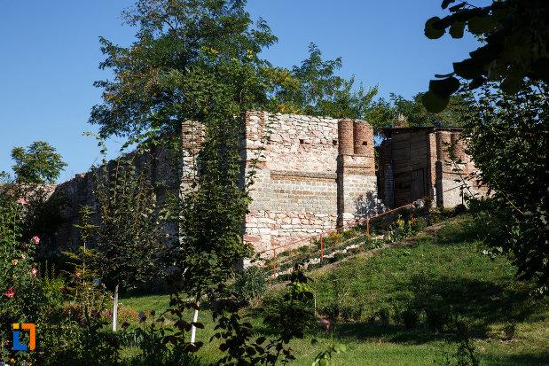 biserica-veche-aflata-langa-biserica-ortodoxa-sf-gheorghe-1862-din-isaccea-judetul-tulcea.jpg
