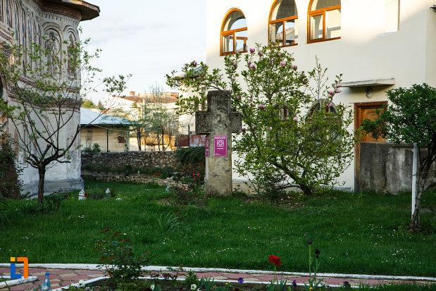biserica-veche-intrarea-in-biserica-din-horezu-judetul-valcea-imagine-cu-crucea-de-piatra.jpg