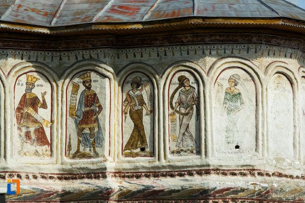 biserica-veche-intrarea-in-biserica-din-horezu-judetul-valcea-imagini-religioase-exterioare.jpg