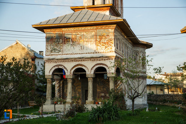 biserica-veche-intrarea-in-biserica-din-horezu-judetul-valcea-monument-istoric.jpg