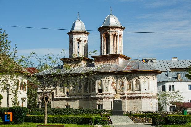 biserica-veche-intrarea-in-biserica-din-horezu-judetul-valcea-vazuta-din-lateral.jpg
