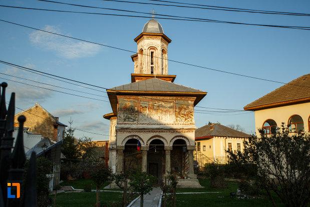 biserica-veche-intrarea-in-biserica-din-horezu-judetul-valcea.jpg