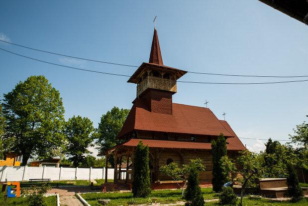 bisericuta-din-lemn-de-langa-biserica-muzeu-sf-ilie-biserica-noua-din-dragasani.jpg